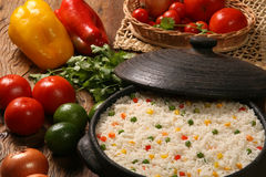 Аппетитный здоровый рис с овощами в белой плите на древесине Стоковое фото RF