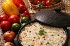 Аппетитный здоровый рис с овощами в белой плите на древесине Стоковое Изображение RF