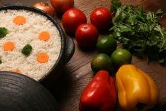 Аппетитный здоровый рис с овощами в белой плите на древесине Стоковая Фотография RF