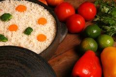 Аппетитный здоровый рис с овощами в белой плите на древесине Стоковые Фотографии RF