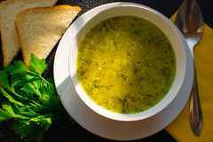 Аппетитный суп отвара цыпленка на черной таблице с хлебом и петрушкой Стоковое фото RF