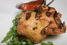 Аппетитным маленьким гриль сваренный цыпленком стоковое фото rf