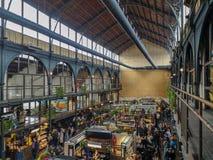 Апрель 2019 - Mechelen, Бельгия: Недавно раскрытое markt еды Smaakmarkt в старом Vleeshalle в центре города Mechelen стоковое изображение rf