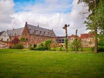 Апрель 2019 - Mechelen, Бельгия: Недавно раскрытый сад archiepiscopal дворца в центре города стоковые изображения