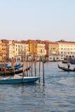 Апрель 2017, Венеция, Италия Gondoliers и гондолы на грандиозном канале, на заходе солнца Стоковое Изображение RF