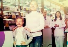 2 аптекари и клиента Стоковая Фотография RF