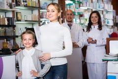 2 аптекари и клиента Стоковые Изображения RF