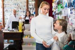 2 аптекари и клиента Стоковые Изображения