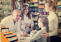 2 аптекари и клиента Стоковые Фото