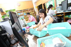 Аптекари подготавливают и проверяющ лекарства Стоковые Изображения RF
