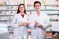 Аптекари представляя в аптеке Стоковые Фото