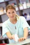 Аптекарь давая медицины к пациенту Стоковое Фото