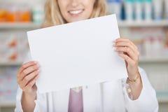 Аптекарь держа чистый лист бумаги Стоковое фото RF
