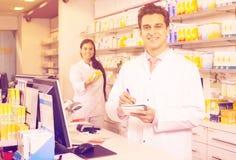 Аптекарь и ассистентская работа Стоковые Изображения RF