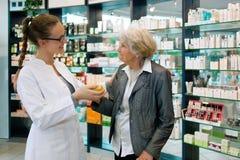 Аптекарь и признательная старшая женщина Стоковые Фото