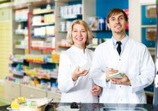 Аптекарь и техник фармации представляя в аптеке Стоковое фото RF