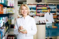 Аптекарь и техник фармации представляя в аптеке Стоковое Изображение RF
