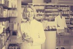 Аптекарь и техник фармации представляя в аптеке Стоковые Фотографии RF