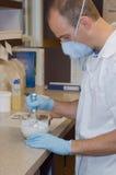 аптекарь микстуры смешивая Стоковые Фотографии RF