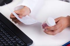 Аптекарь осуществляя рецепт Стоковая Фотография RF