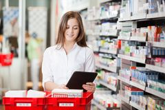 Аптекарь с таблеткой цифров Стоковые Фото