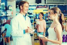 Аптекарь человека в фармацевтическом магазине Стоковое фото RF