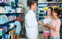 Аптекарь человека в фармацевтическом магазине Стоковое Изображение RF