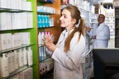 2 аптекаря в магазине химика Стоковое Изображение RF