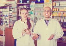 2 аптекаря в магазине химика Стоковые Фотографии RF