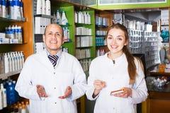 2 аптекаря в магазине химика Стоковое Фото