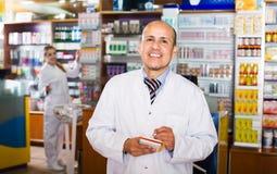 2 аптекаря в магазине химика Стоковая Фотография RF