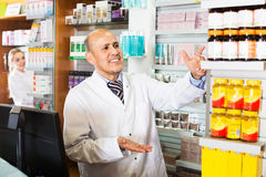 2 аптекаря в магазине химика Стоковые Изображения