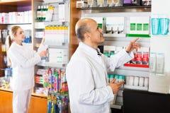 2 аптекаря в магазине химика Стоковое фото RF