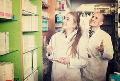 2 аптекаря в магазине химика Стоковое Изображение