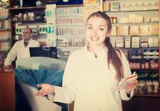 2 аптекаря в магазине химика Стоковая Фотография