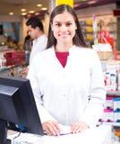 2 аптекаря в современной фармации Стоковая Фотография RF