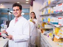 2 аптекаря в современной фармации Стоковые Изображения RF