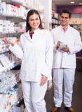 2 аптекаря в современной фармации Стоковое Изображение
