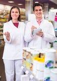 2 аптекаря в современной фармации Стоковое фото RF