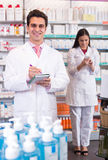 2 аптекаря в современной фармации Стоковые Фотографии RF