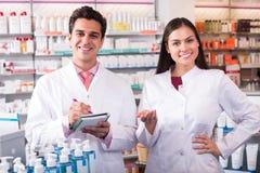 2 аптекаря в современной фармации Стоковые Фото