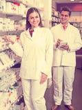 2 аптекаря в современной фармации Стоковая Фотография