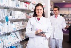 2 аптекаря в современной фармации Стоковые Изображения