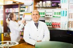 2 аптекаря на приеме farmacy Стоковые Фотографии RF
