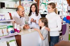 2 аптекаря помогая клиентам Стоковое Фото
