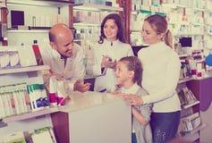 2 аптекаря помогая клиентам Стоковое Изображение RF