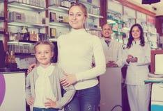 2 аптекаря помогая клиентам Стоковая Фотография RF