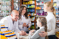 2 аптекаря помогая клиентам Стоковые Фотографии RF