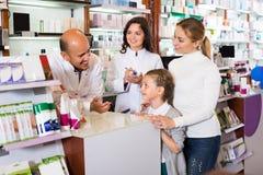 2 аптекаря помогая клиентам Стоковые Изображения RF