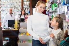 2 аптекаря помогая клиентам Стоковые Изображения